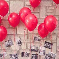 Ballons rouges avec des photos d'un enfant
