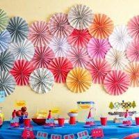 Fleurs en papier sur un mur de pépinière