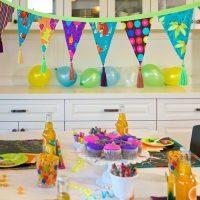 Guirlande de fête sur la table des enfants