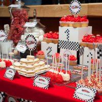Nappe rouge sur une table pour des bonbons