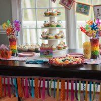Pyramide de délicieux gâteaux sur la table à manger