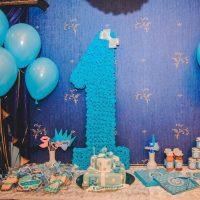 Une unité de serviettes en papier bleu