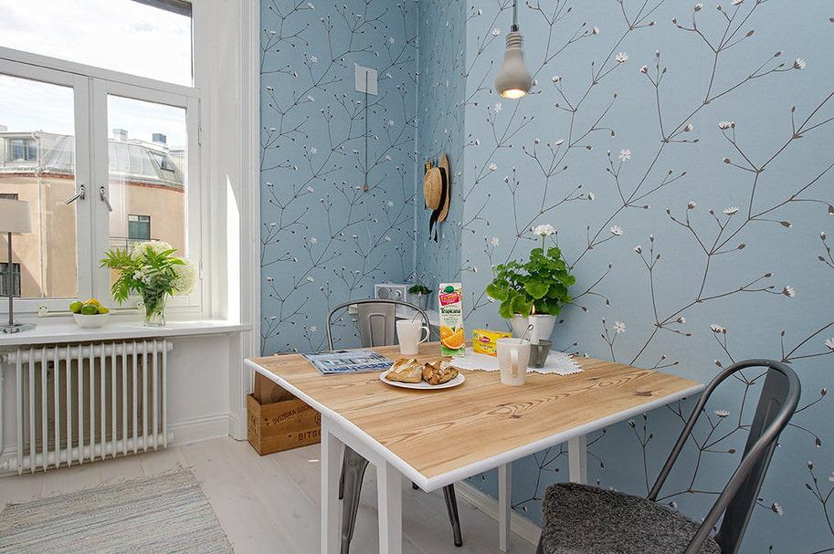 Кухненска трапезария със син тапет