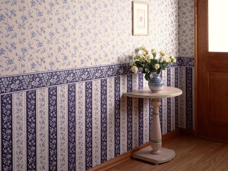 Хартиени тапети с рамка на стената на коридора