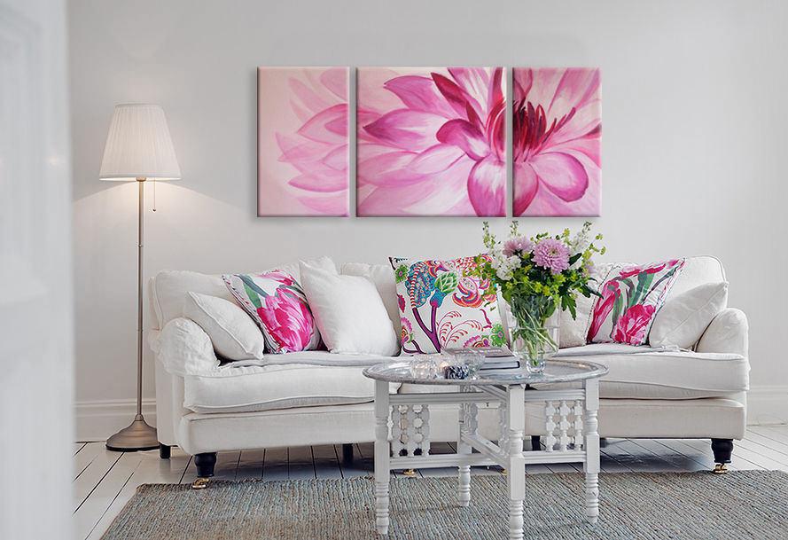Rozā zieds uz modulāra attēla baltā viesistabā