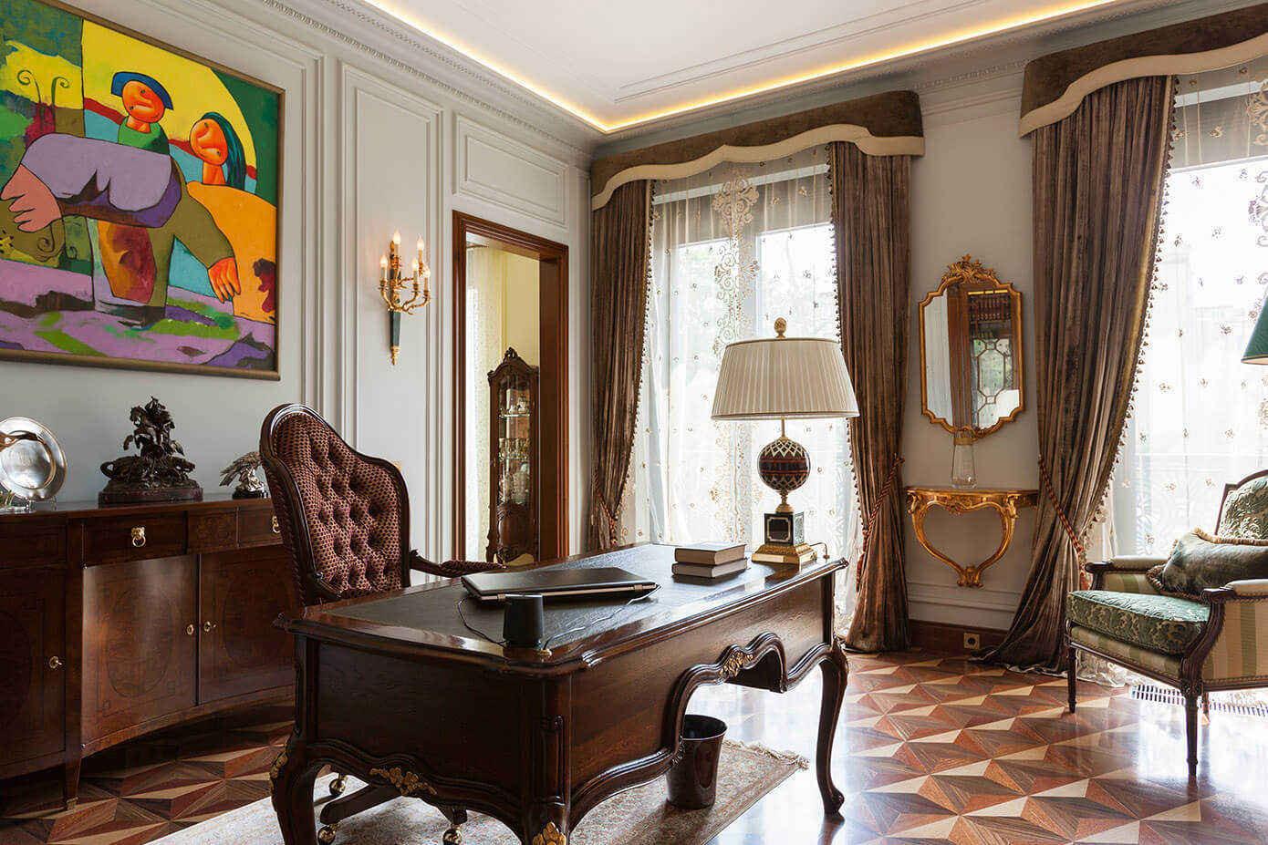 Intérieur de la salle d'étude avec rideaux marron