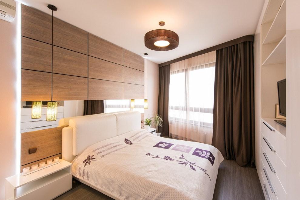 Intérieur de la chambre avec des rideaux marron