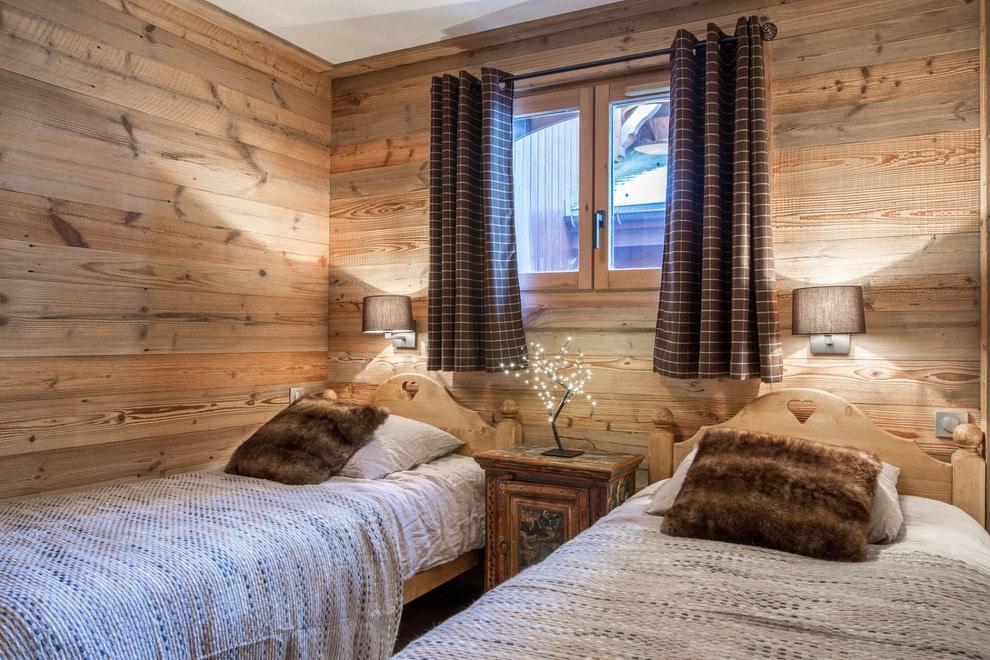 Intérieur de la chambre des enfants avec des rideaux bruns pour deux enfants