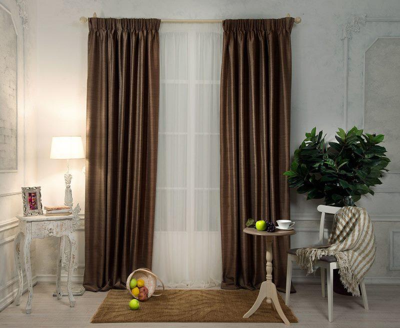 Rideaux bruns droits sur la fenêtre du salon