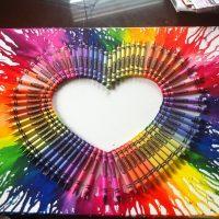 Skaista sirds, kas izgatavota no krāsainiem zīmuļiem