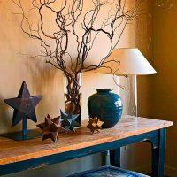 Stilīgs dekors uz galda viesistabā