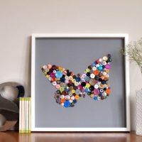 Attēls ar tauriņu no krāsainām pogām