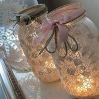 Stikla burka un mežģīņu sveču turētāji