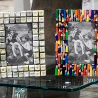 Neparastu priekšmetu foto rāmji uz stikla galda
