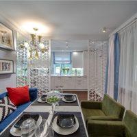 Table dressée dans une cuisine-salon moderne