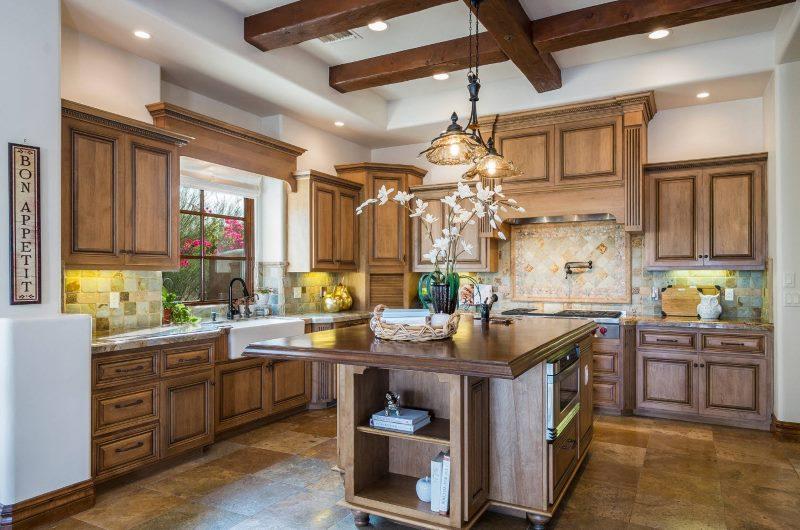 Belle cuisine avec des meubles en bois