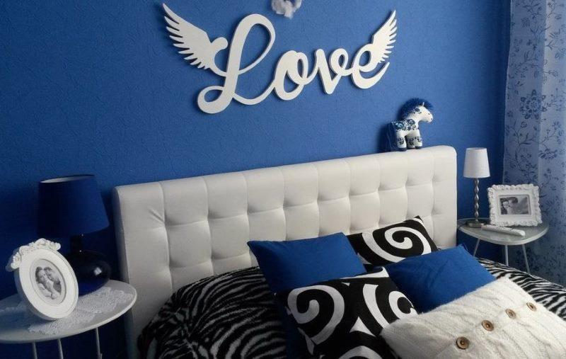 Dekorējot sienas guļamistabā ar putu burtiem