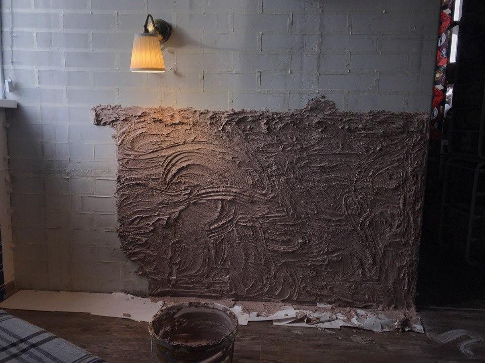 Dekoratív vakolat alkalmazása a beton falon