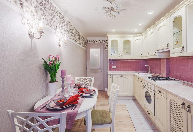 Тесен кухненски интериор с бели мебели