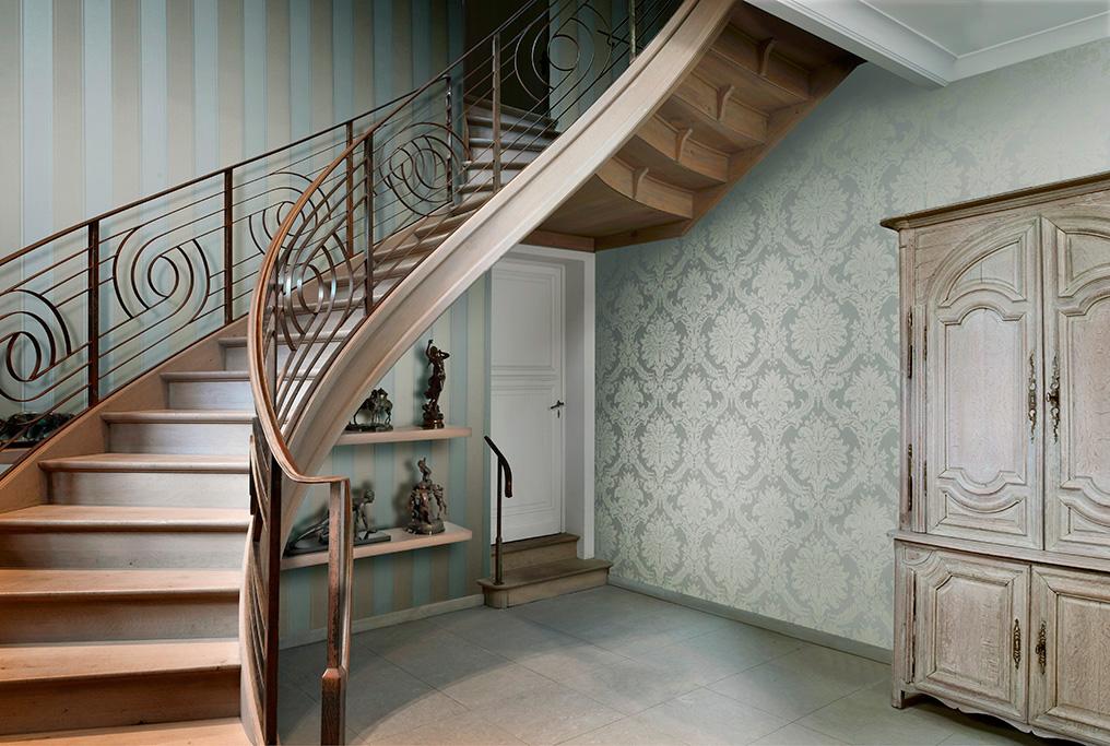 Комбинацията от различни орнаменти върху тапета във фоайето на частна къща