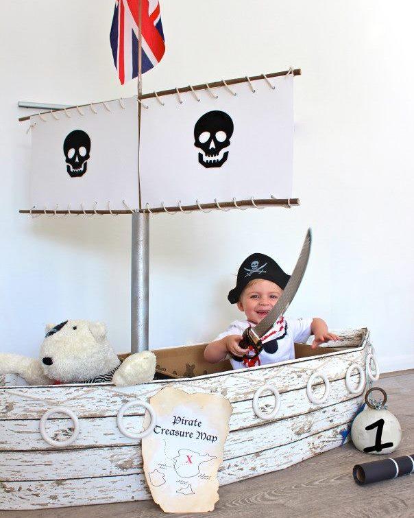 Bateau en carton pour une fête de pirate pour enfants