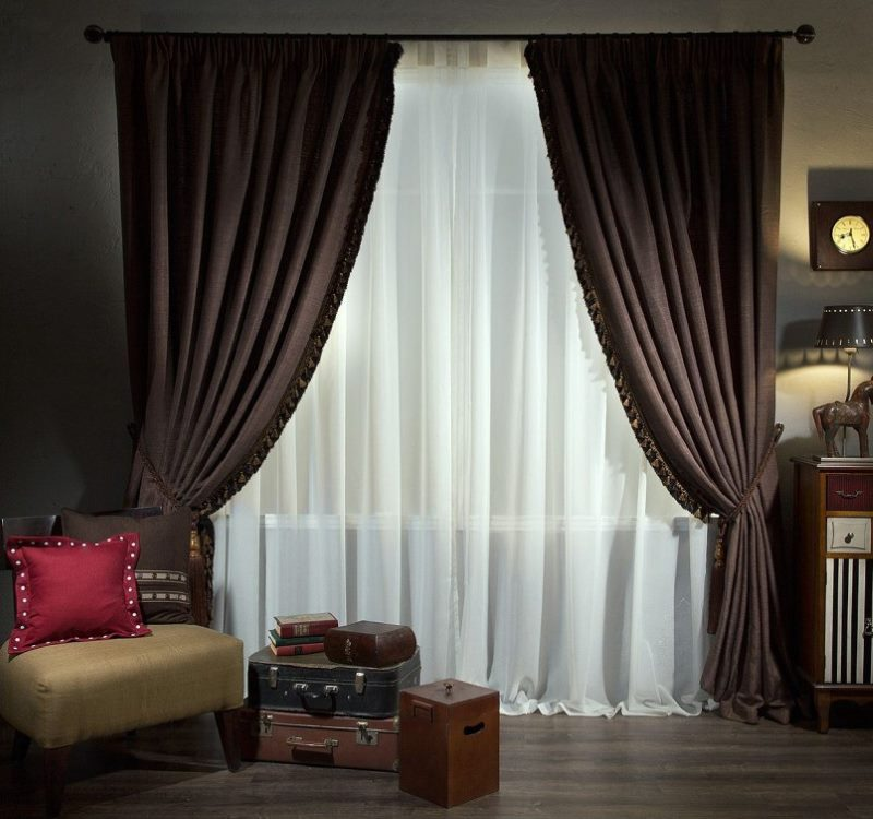 Rideaux bruns avec jarretières à la fenêtre d'un salon élégant