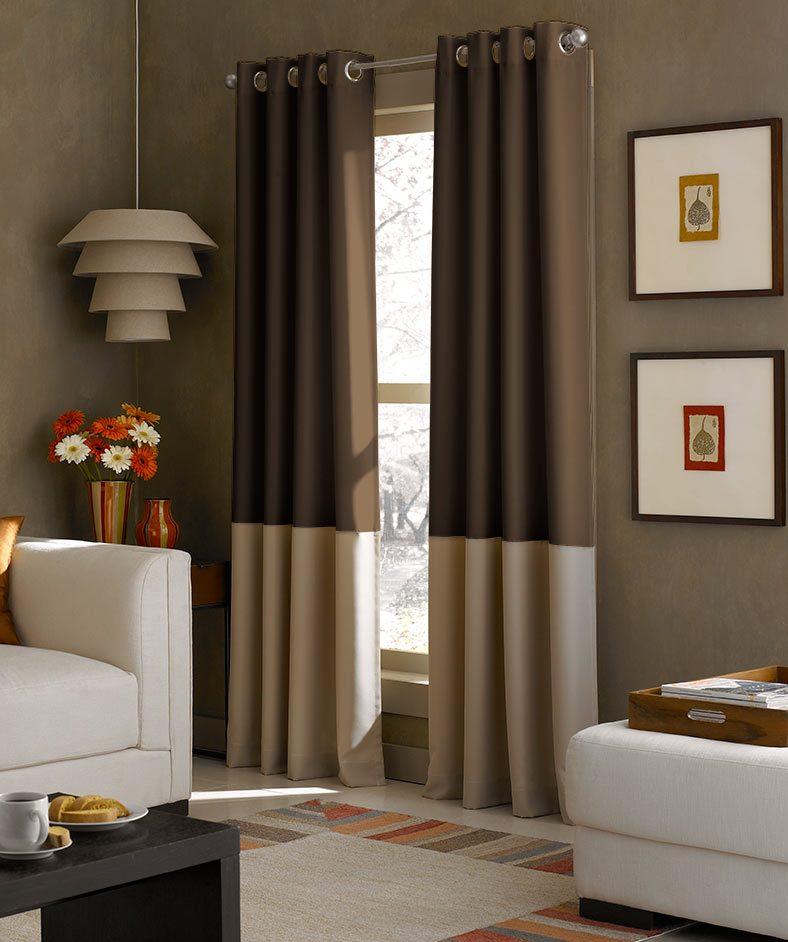 La combinaison de rideaux à rayures avec des meubles