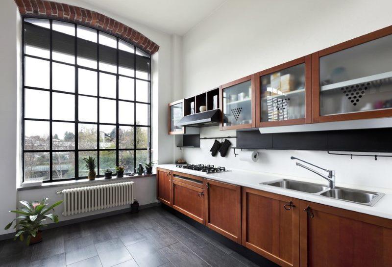 L'intérieur d'une belle cuisine linéaire