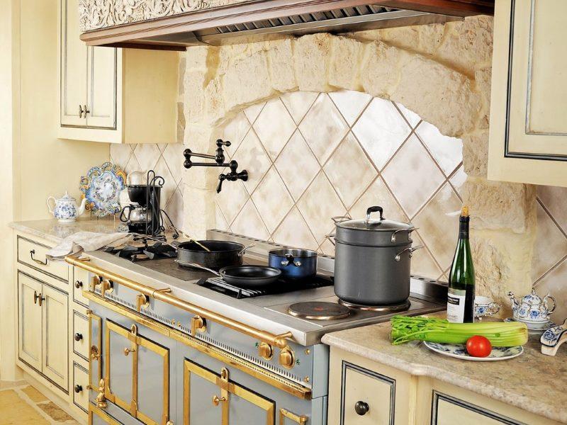 Belle conception de la zone de cuisson dans la cuisine moderne