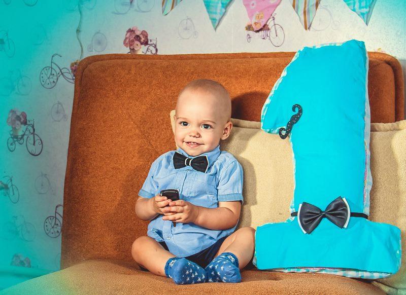 Photo d'un bébé d'un an à côté d'une silhouette en trois dimensions