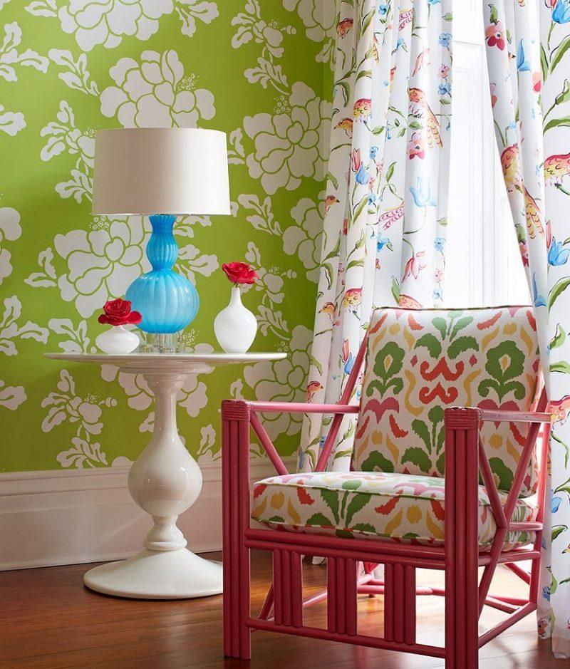 Комбинацията от светло зелен тапет с цветни завеси