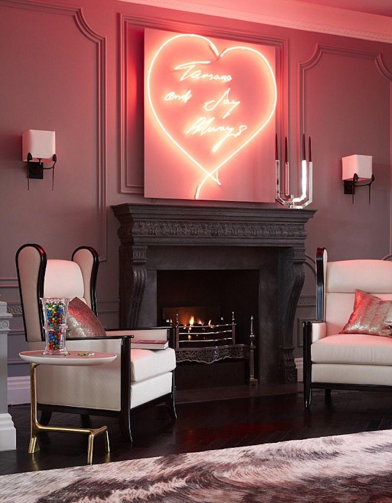 Neona sirds virs kamīna viesistabā