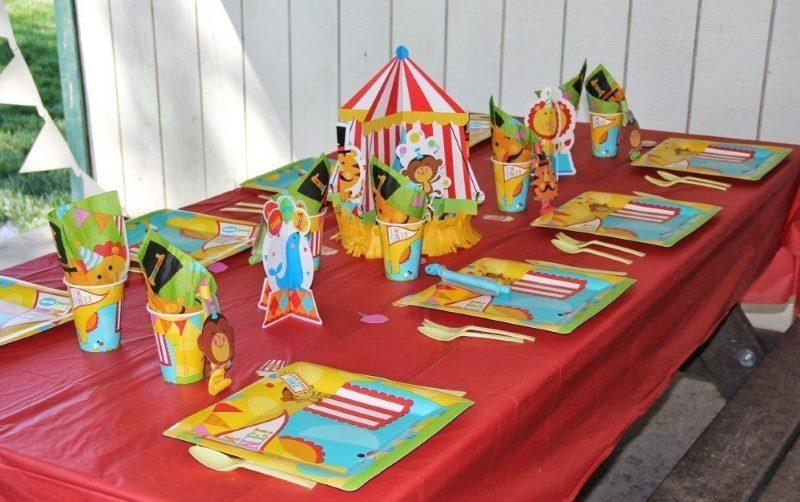 Réglage de la table pour l'anniversaire d'un garçon dans 1 an