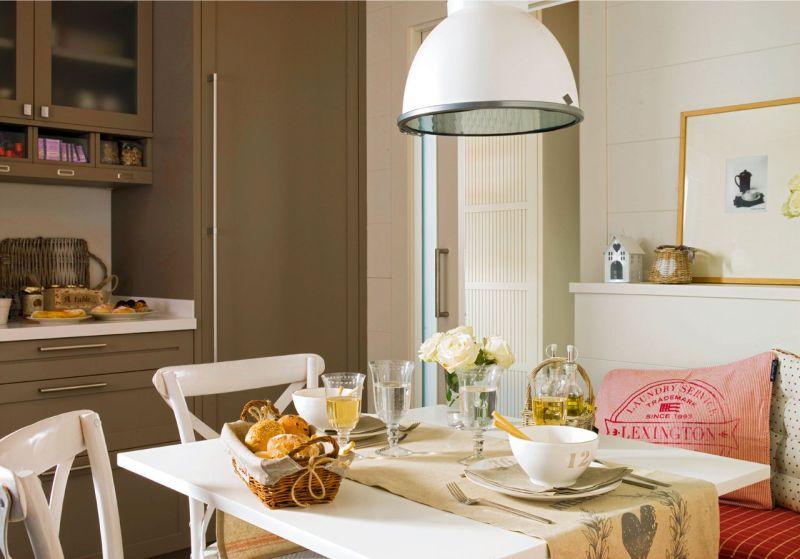 Petite table à manger dans la cuisine-salon