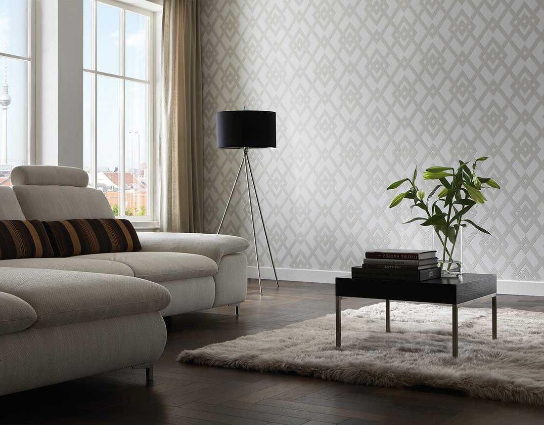 Интериор на хола със сив тапет