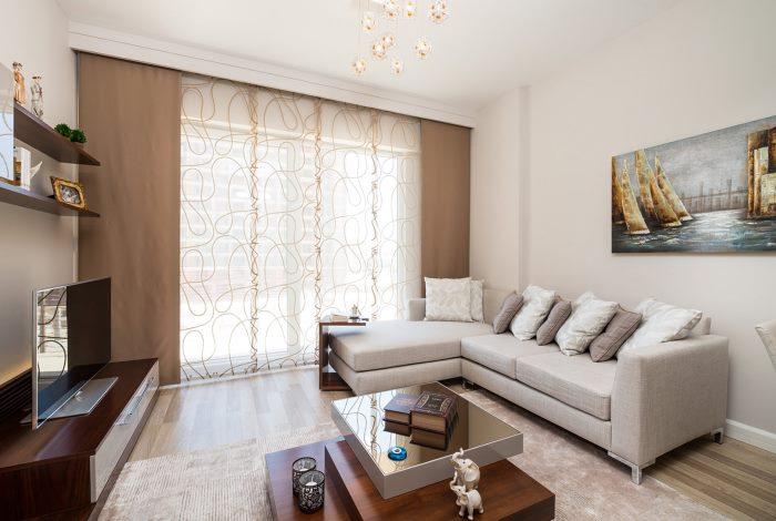 la décoration de la fenêtre du salon avec des rideaux marron