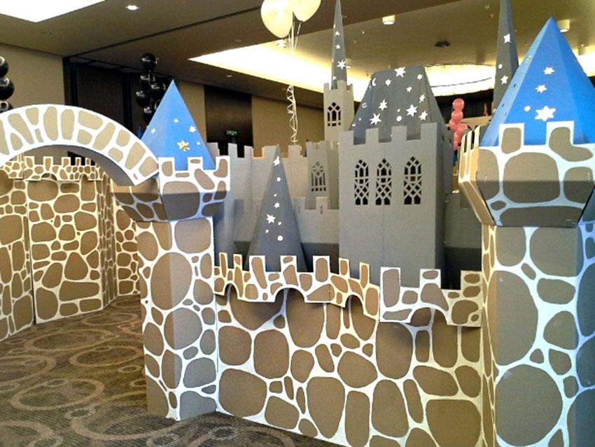 Château de jouets en carton pour l'anniversaire d'un garçon