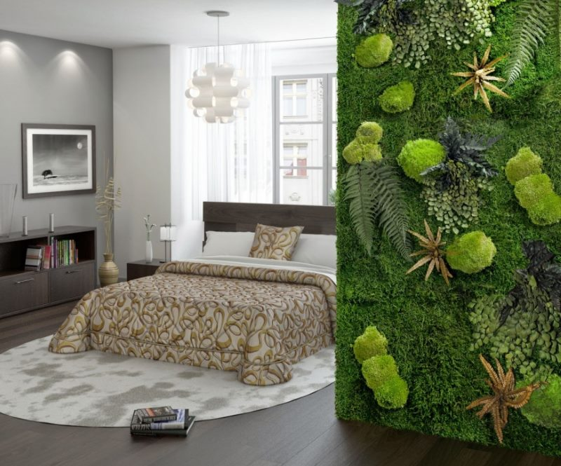 Dzīvu sūnu zaļa siena guļamistabas interjerā