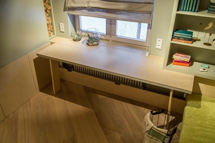 Desktop instead of window sill in teenager room