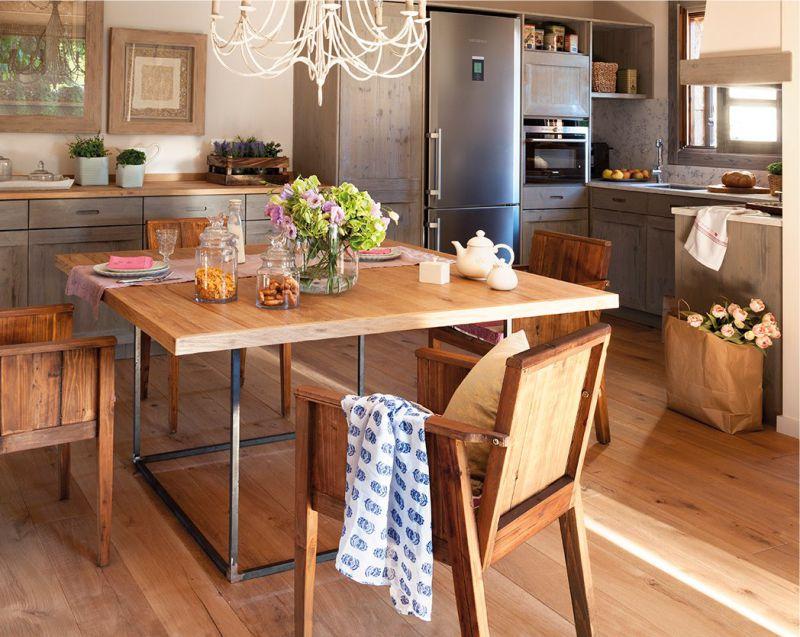 Table à manger en bois dans une belle cuisine