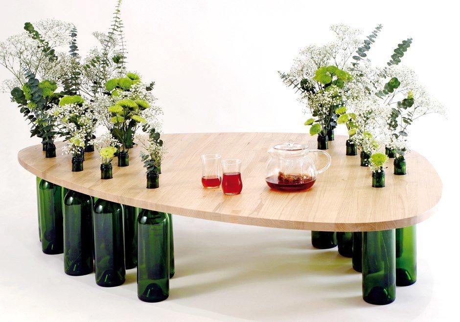 Kafijas galdiņš izgatavots no MDF un vīna pudeles