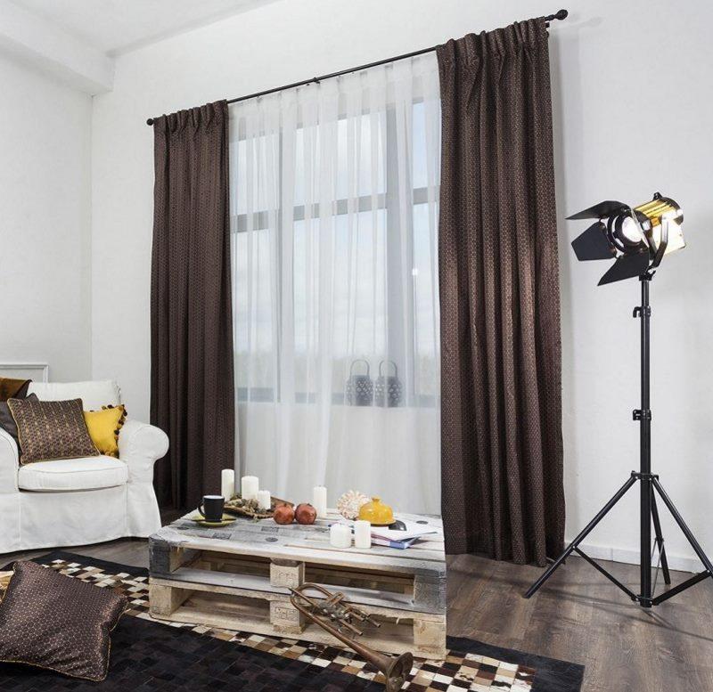 Une combinaison de rideaux marron et de tulle blanc