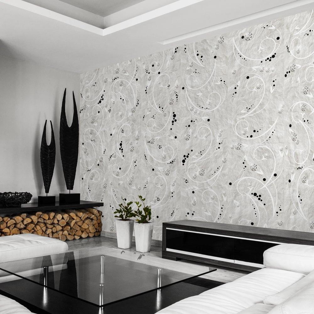 Тапет със светъл орнамент на стената на хола