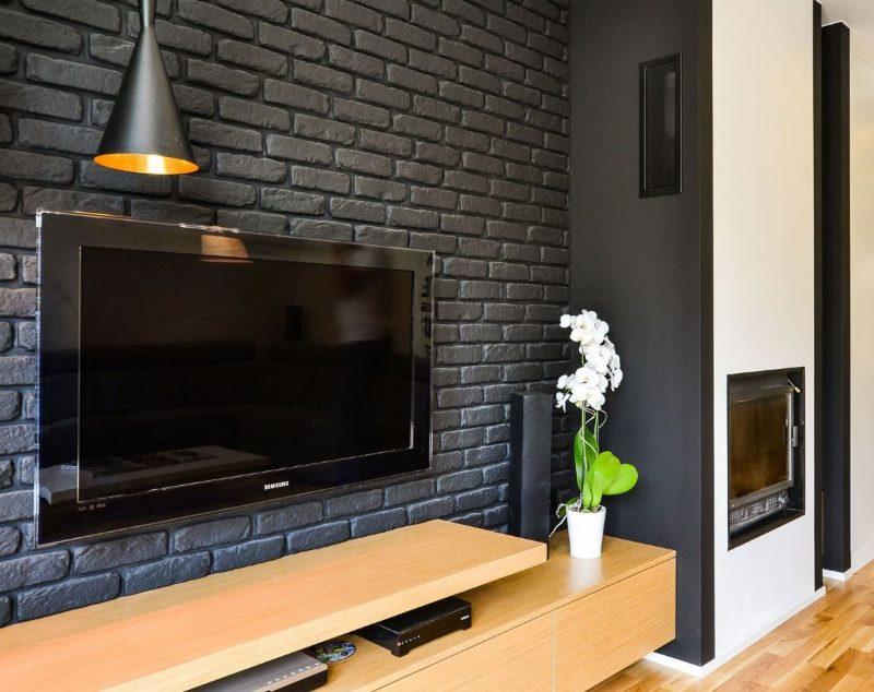 TV panel egy szürke tégla falon