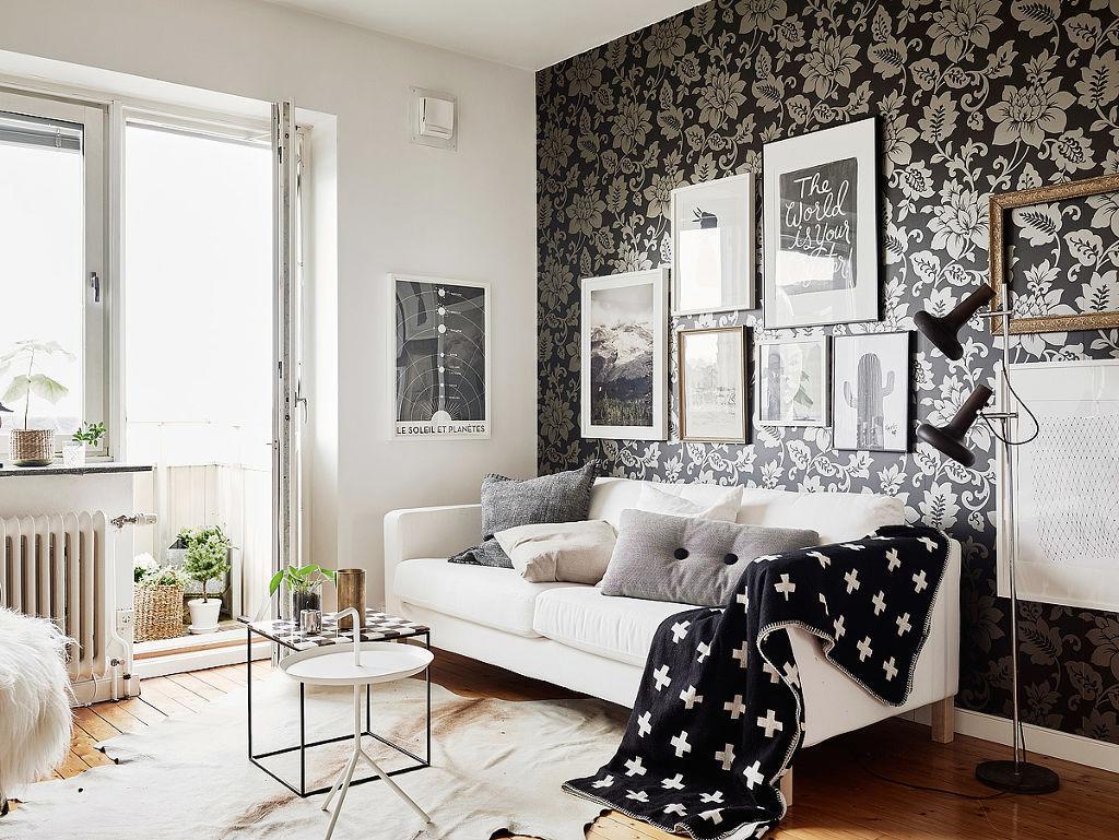 Декорация на стена над дивана с тъмен тапет
