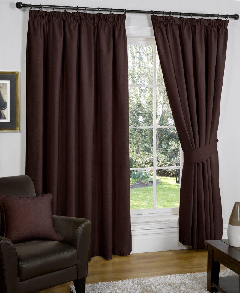 Rideaux brun foncé saturés sur la fenêtre du salon d'une maison privée