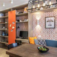 Papier peint avec un ornement géométrique sur le mur de la cuisine