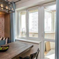 Table en bois devant la fenêtre de la cuisine