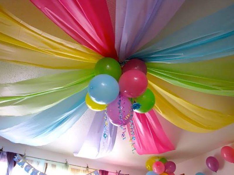Décoration de plafond pour une fête d'enfants