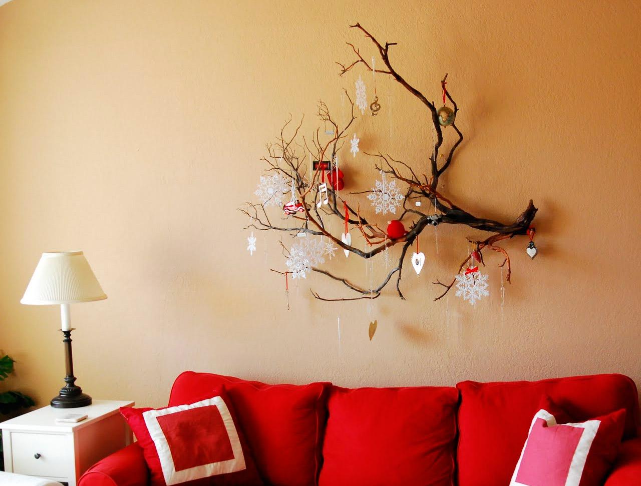 Zaru dekoratīvā kompozīcija uz viesistabas sienas